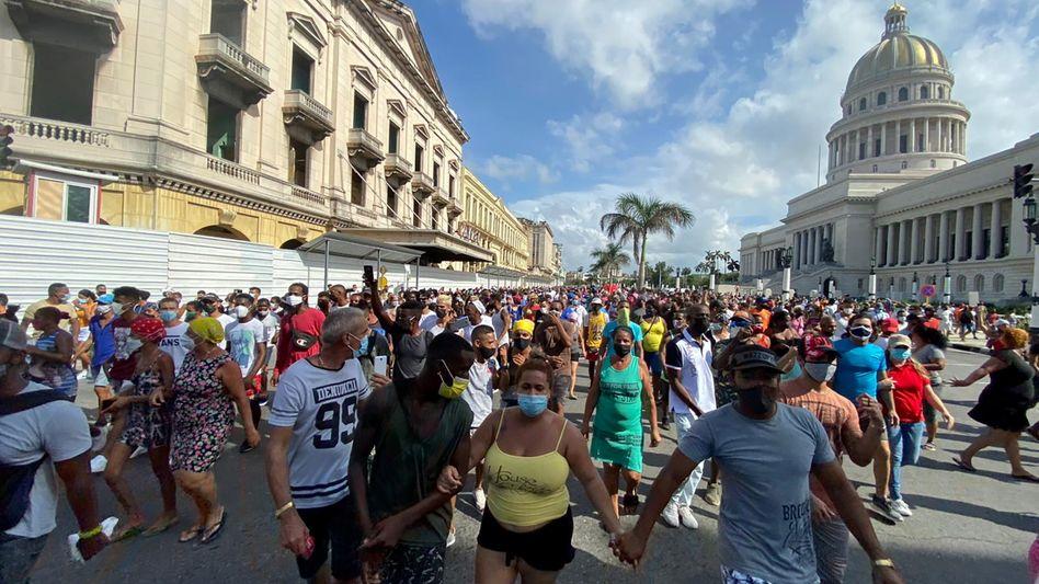 Demonstrationszug vor dem Kapitol in Havanna am Sonntag