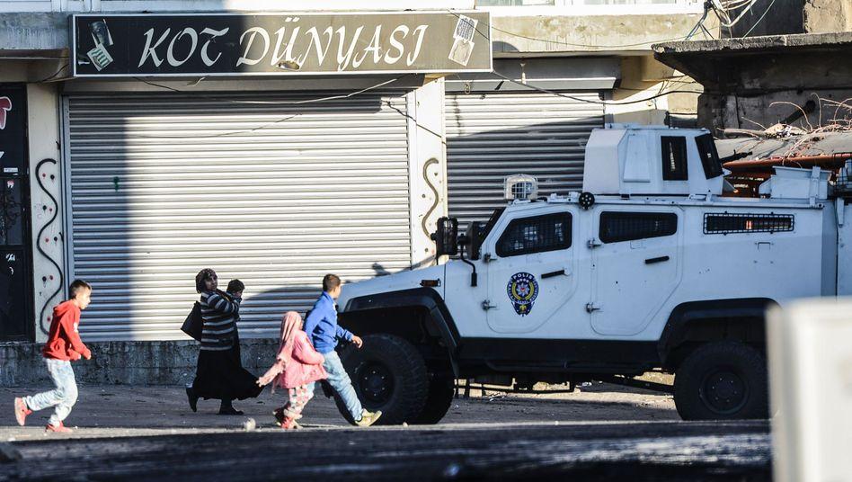 Krieg mit der PKK: Zehntausende fliehen vor Kämpfen in der Türkei
