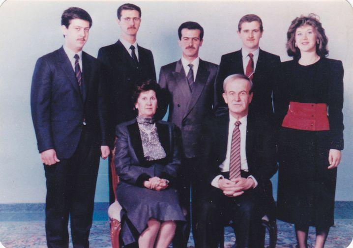 Dynastiebegründer Hafez al-Assad und seine Frau Anisah mit ihren Kindern (undatierte Aufnahme)