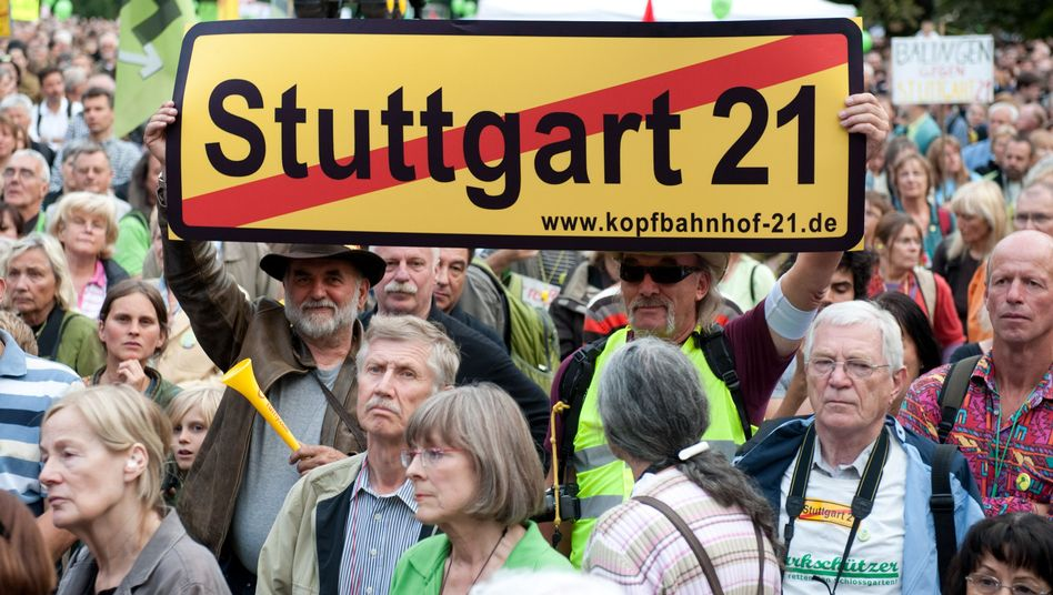 """Gegner des Bahn-Projekts """"Stuttgart 21"""": Abriss des alten Bahnhofs geht weiter"""