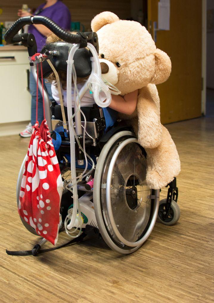 Bär, Kind, Rollstuhl: Riesiger, intensivpflegerischer Bedarf