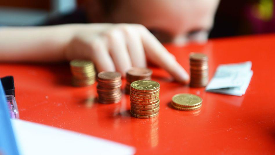 Ein kleiner Junge zählt sein Taschengeld