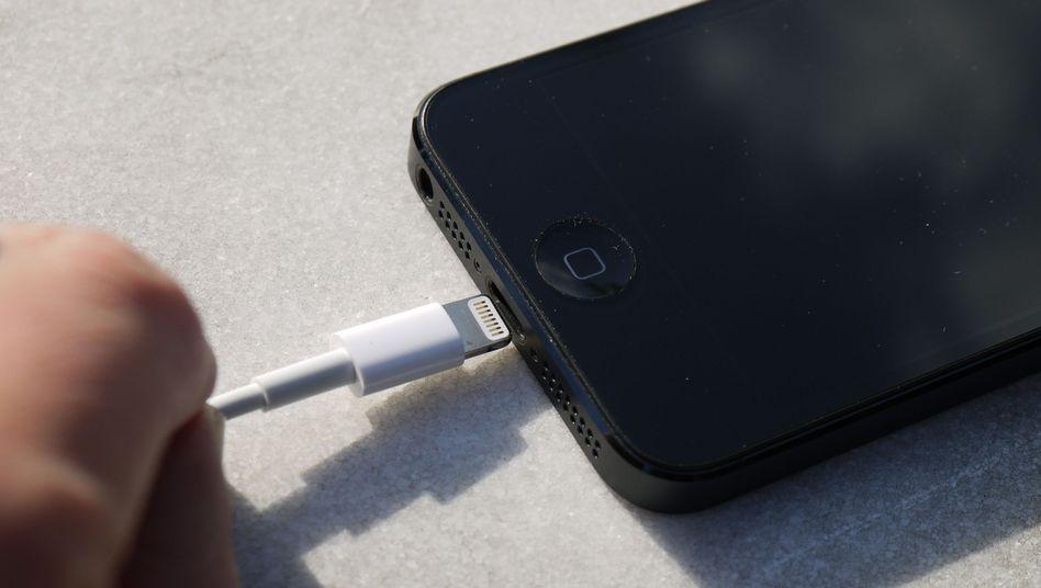 iPhone-Netzteilstecker: Wer ein Smartphone via USB auflädt, geht ein Risiko ein
