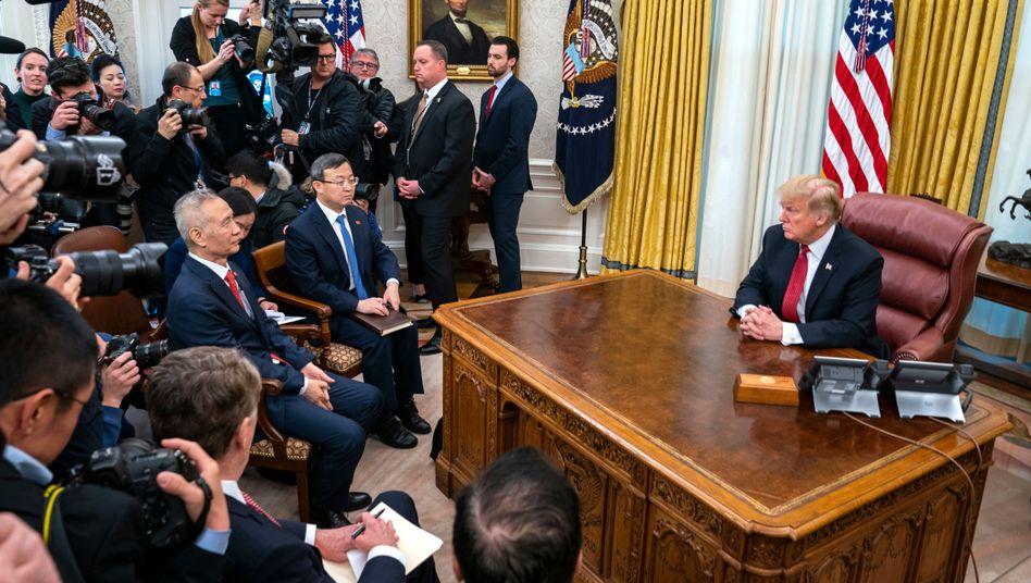 Donald Trump mit Liu He (l.) im Oval Office