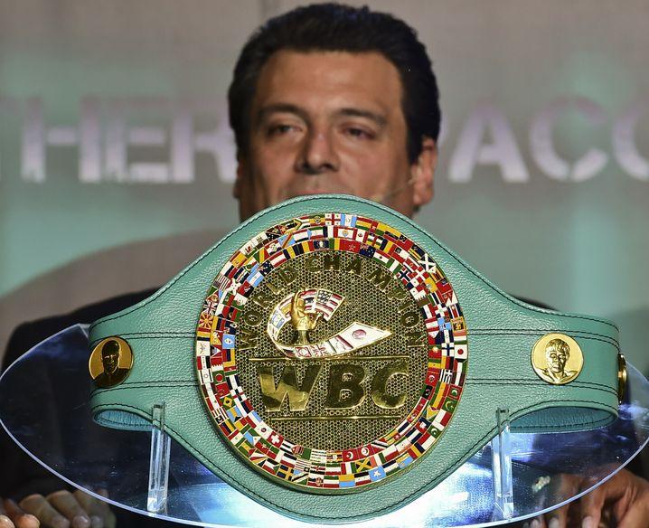 WBC-Präsident Mauricio Sulaiman hinter einem WM-Gürtel