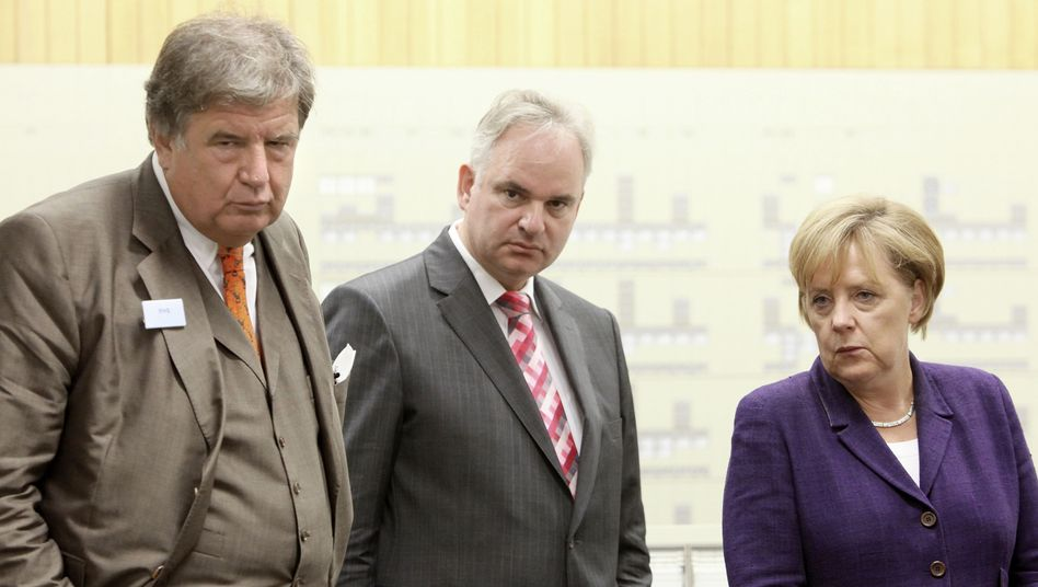 RWE-Chef Großmann, E.on-Boss Teyssen, Merkel, (im August 2010): Neue Umlaufbahn