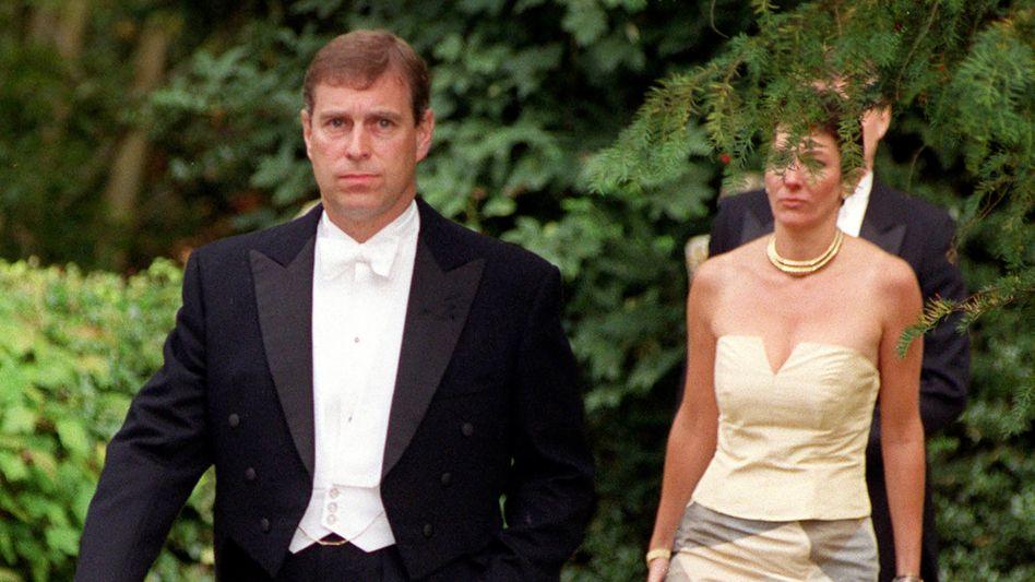 Wie eng war diese Freundschaft? Ein Foto zeigt Prinz Andrew und Ghislaine Maxwell bei der gemeinsamen Ankunft anlässlich einer Hochzeit in Großbritannien im Jahr 2000