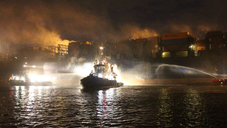 Löschboote der Hafenfeuerwehr im Einsatz: Wasser gegen Brand auf Frachter