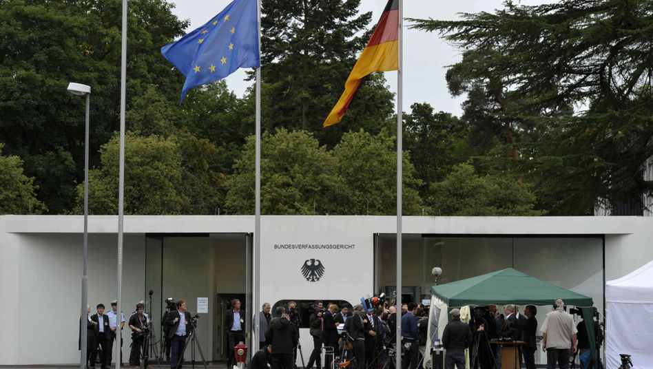 Media gather in front of Germany's Constitutional Court in Karlsruhe on Wednesday: The court will next consider the ECB's bond-buying program.