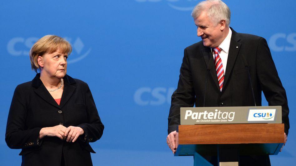 """Merkel und Seehofer (Archiv): CSU bezeichnet Einreiseerlaubnis als """"falsches Signal innerhalb Europas"""""""