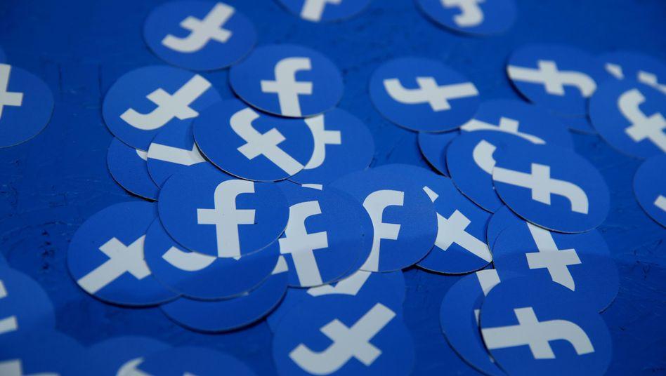 """""""Warnungen und ein bisschen Regulierung reichen nicht"""": Facebook-Logos auf einer Konferenz in Kalifornien"""