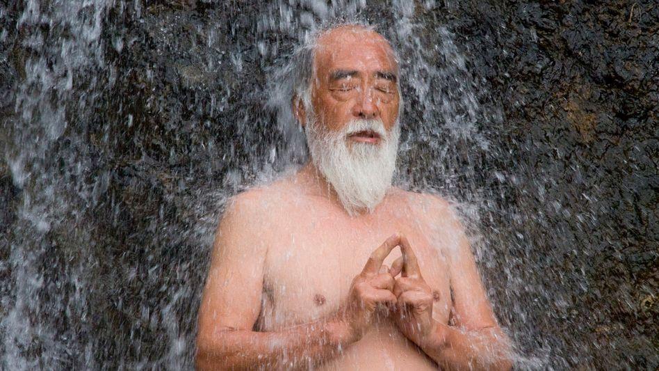 Japaner unterm Wasserfall: Die Menschen in dem asiatischen Land haben mit die höchste Lebenserwartung weltweit