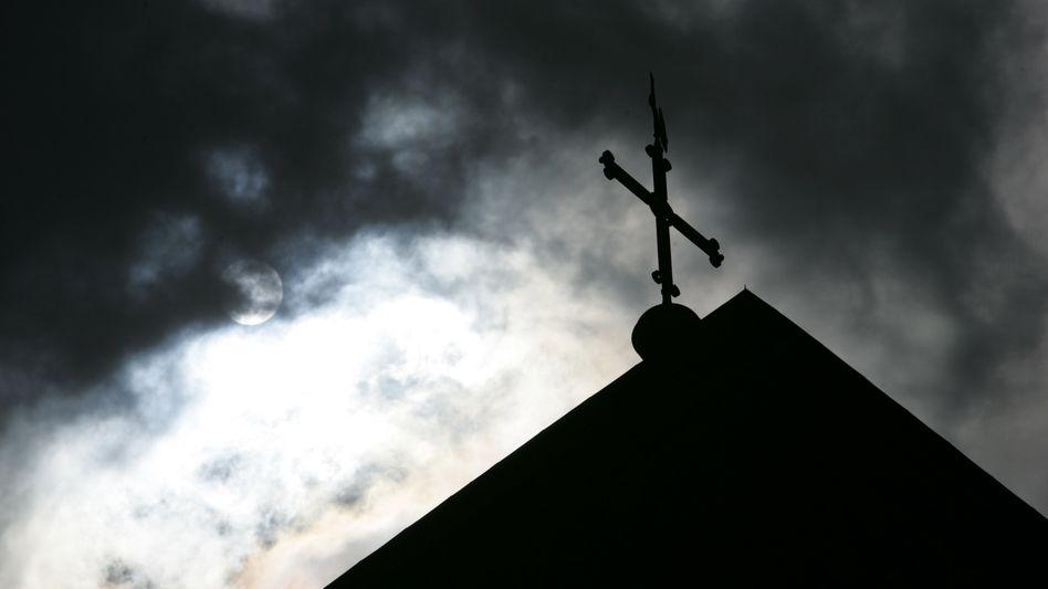 Kirchturmspitze im Gegenlicht: Betroffenen-Initiative geht weiter von hoher Dunkelziffer aus