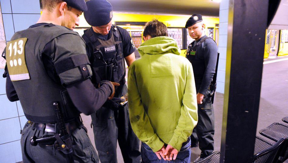 Verdächtig, verdächtig: Ein junger Mann wird in der U-Bahnstation Hermannplatz durchsucht