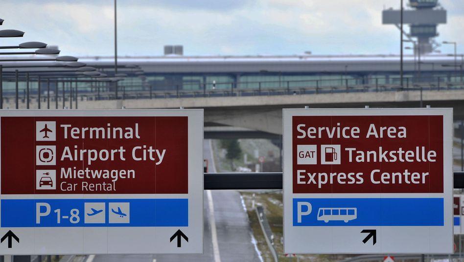 """Hinweisschilder an der Zufahrt zum Großflughafen BER: """"Es ist ein Desaster"""""""
