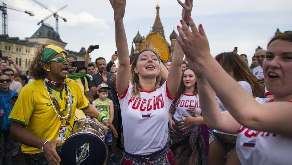 Fans von Russland und Brasilien in Moskau