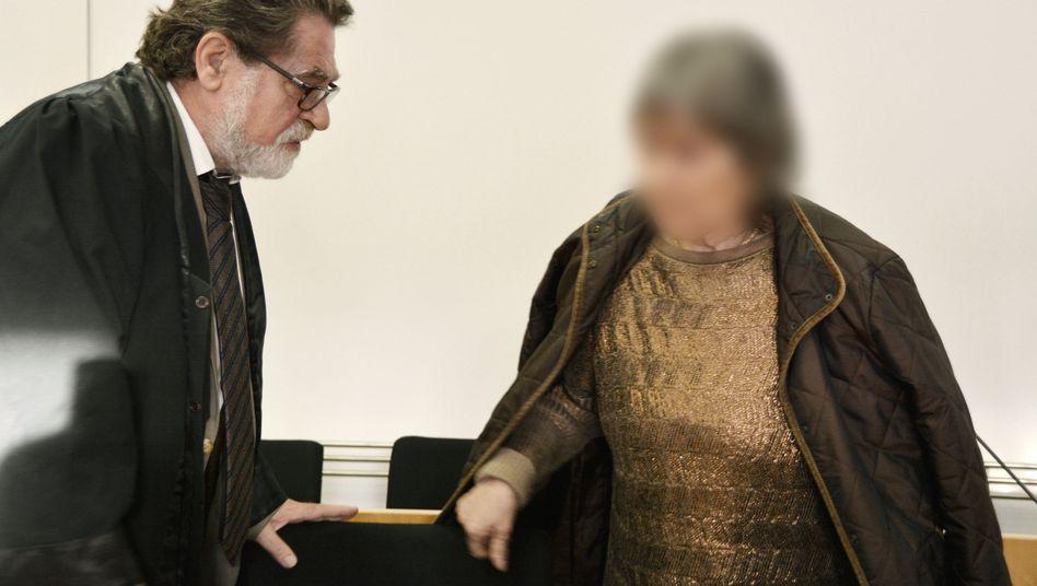 Die 72-jährige Angeklagte mit ihrem Anwalt Matthias Seipel: Ist sie für den Tod des Jungen verantwortlich?