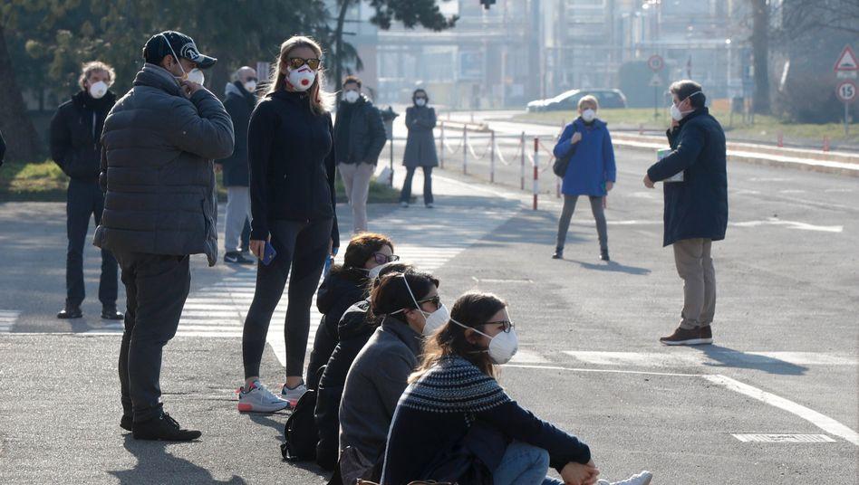 Mitarbeiter einer Unilever-Fabrik südöstlich von Mailand am vergangenen Freitag tragen Mundschutz. Hier war ein 38-jähriger Mitarbeiter erkrankt