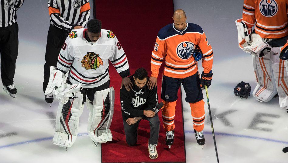"""Malcolm Subban (l.), Matt Dumba (M.) und Darnell Nurse (r.) mit einer Geste für Black Lives Matter: """"Eishockey ist so ein tolles Spiel, aber es könnte noch viel besser sein"""""""