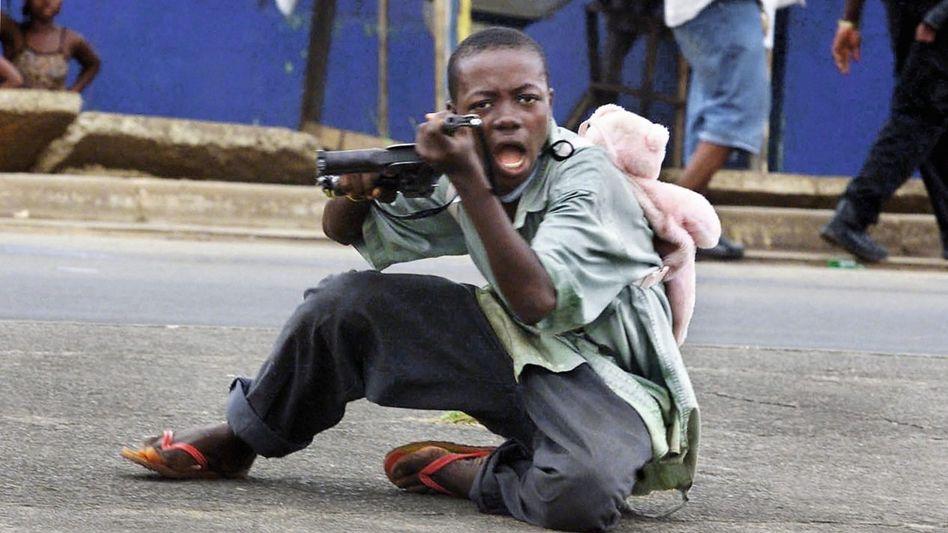 Kindersoldat in Liberia 2003