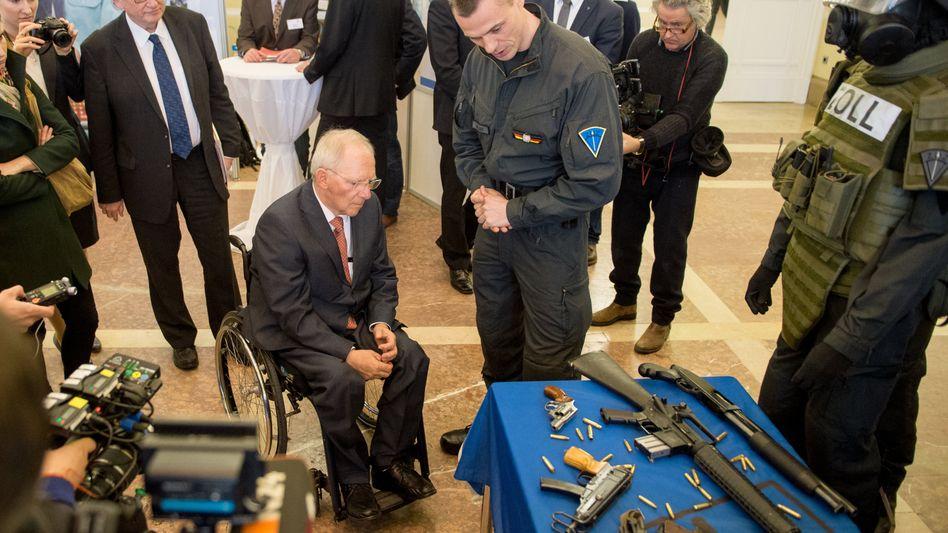 Finanzminister Schäuble bei Zoll-Presskonferenz: Problem Schwarzarbeit