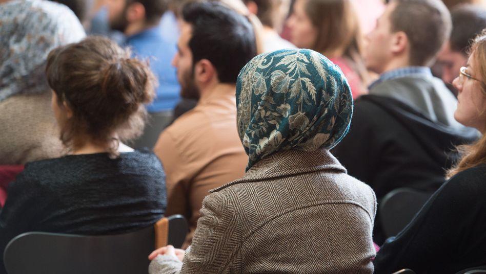 Flüchtlinge erhalten Zertifikate für einen Deutschkurs
