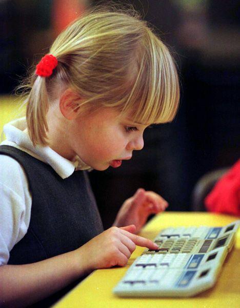 """Fünfjährige beim Spielen mit Taschenrechnern: """"Stereotype sind gegen Veränderungen sehr resistent"""""""