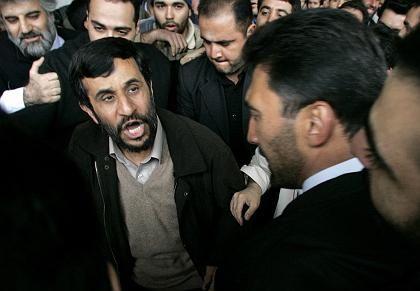Ahmadinedschad beim Freitagsgebet in der Menge