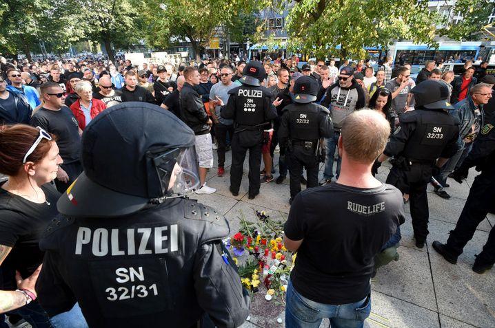 Polizisten und Passanten in der Chemnitzer Innenstadt