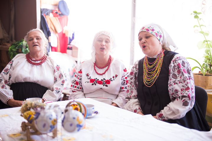 Sängerinnen eines Frauenchors im ostukrainischen Wolnowacha