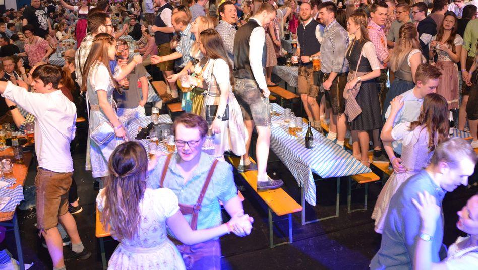 """Gäste bei Starkbierfest in Mitterteich Anfang März:""""Das lebt von der Nähe"""""""