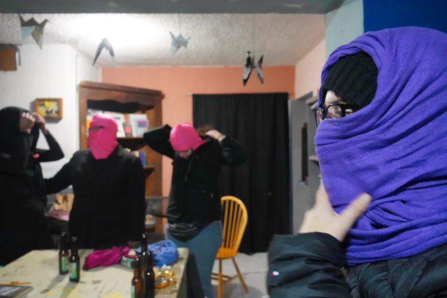 """Mitglieder der """"Hijas de su Maquilera Madre"""" in ihrem Hauptquartier - aus Angst wollen sie ihre Gesichter nicht zeigen"""