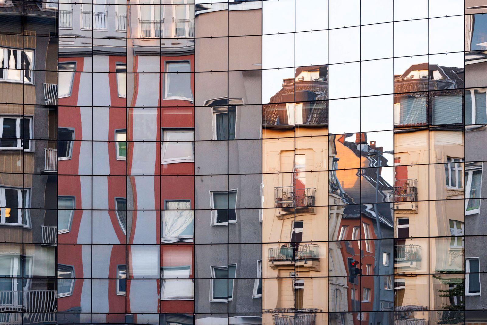 Wohnhäuser in der Kölner Innenstadt spiegeln sich in einer Glasfassade. Köln, 29.07.2020 *** Residential buildings in Co