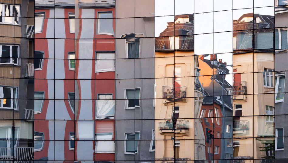 Wohnhäuser in der Kölner Innenstadt (Spiegelung in einer Glasfassade 2020)