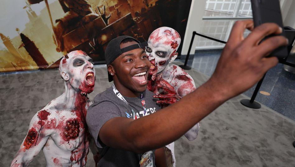 """E3-Besucher mit Zombies, die für """"Dying Light 2"""" werben"""