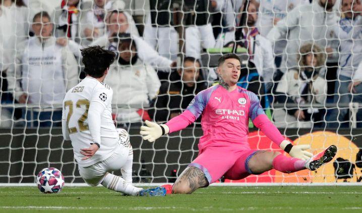 Isco (links) erzielt gegen City-Keeper Ederson das erste Tor für Madrid (60. Minute)