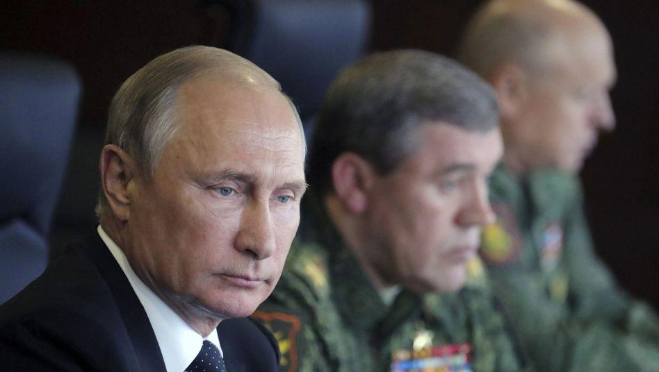 Russlands Präsident Putin mit Militärs
