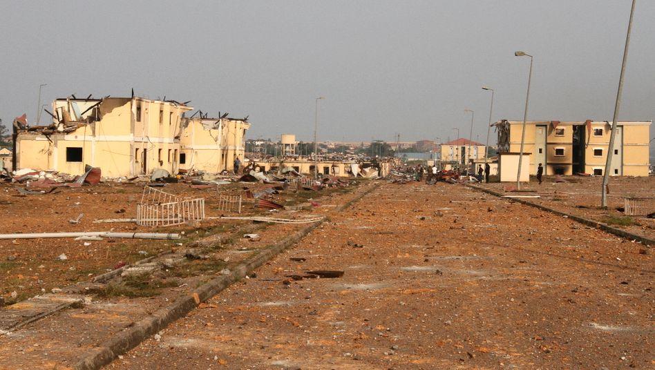 Ganze Straßenzüge in der äquatorialguineischen Stadt Bata wurden zerstört, Laternenmasten verbogen