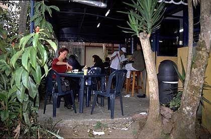 Auf dem Campus: Cafeteria unter Palmen