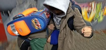 Prügelnde Jungen in der Schule (Symbolbild): Aggressionen eines Auslaufmodells der Natur?