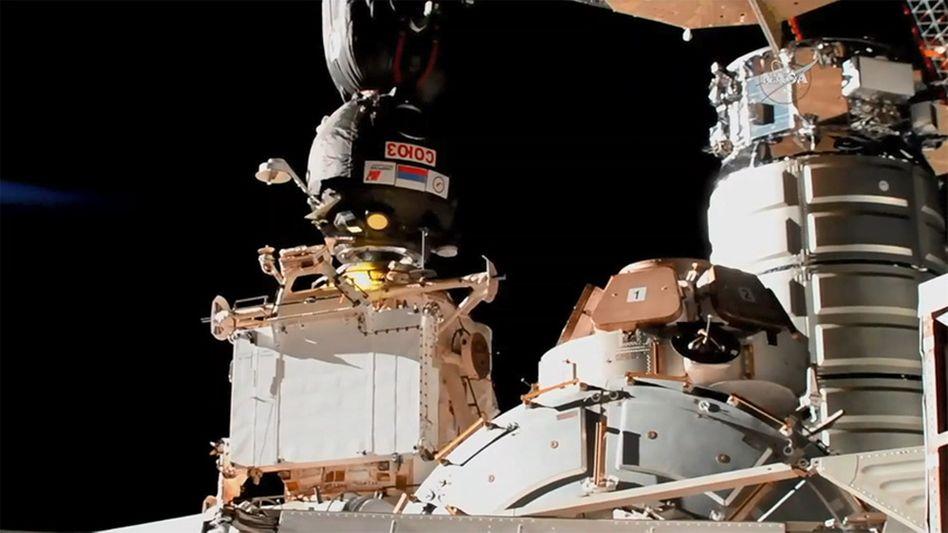 """Die betroffene Kapsel """"Sojus MS-09"""" dockt an der ISS an (Archivbild)"""