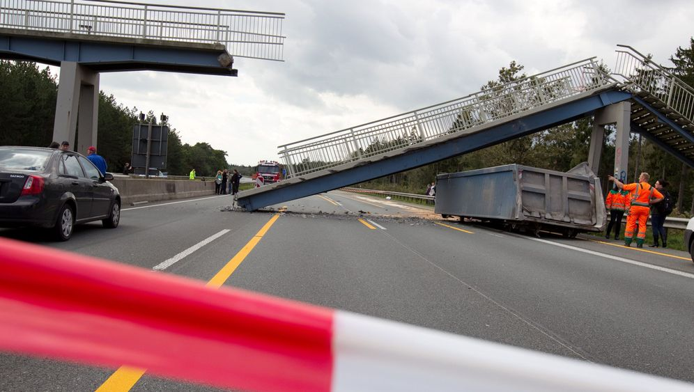 Unglück auf der A2: Lkw reißt Brücke ein