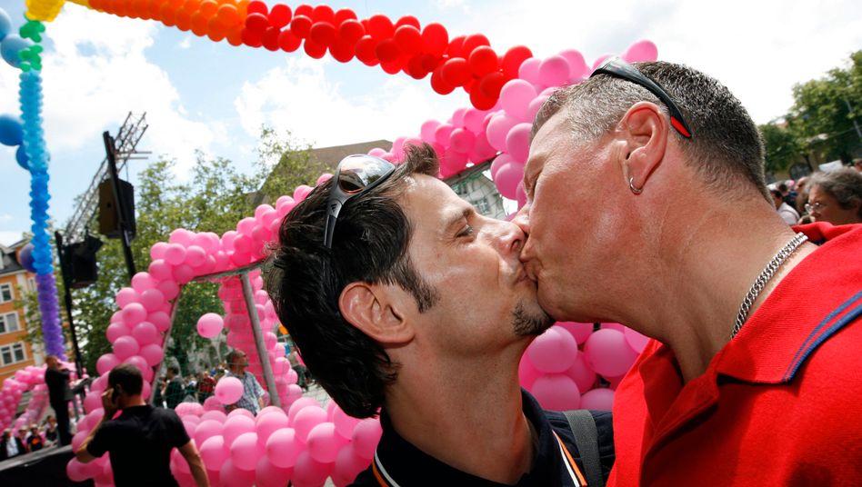 Gleichgeschlechtliches Paar beim Christopher Street Day in Zürich (Archivbild)