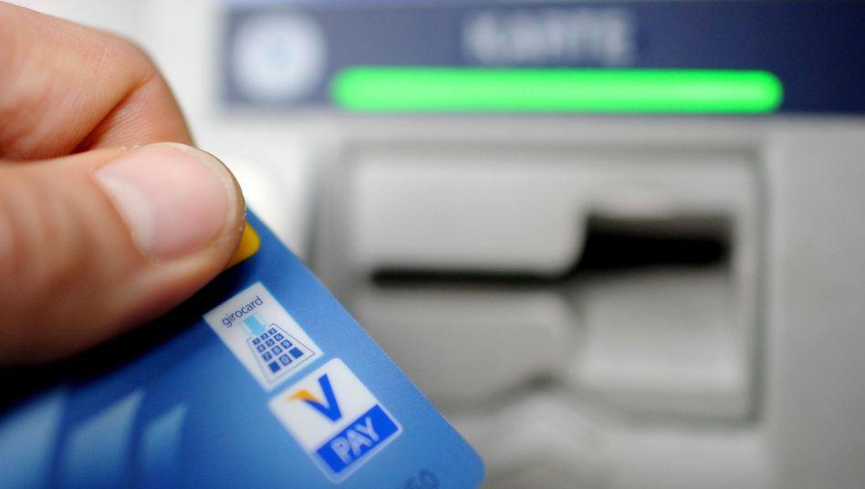 Kunde am Geldautomaten: Überziehen ist oft richtig teuer