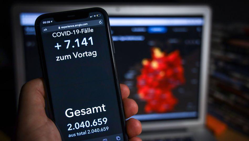 Das Covid-19-Dashboard des Robert Koch-Instituts auf einem Smartphone