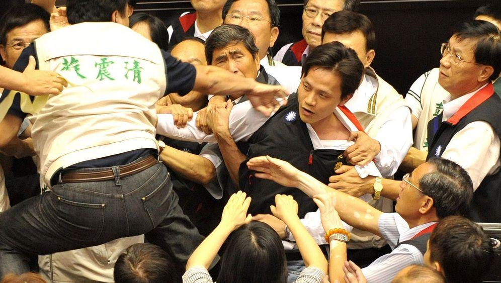 Taiwan: Schlägerei im Parlament