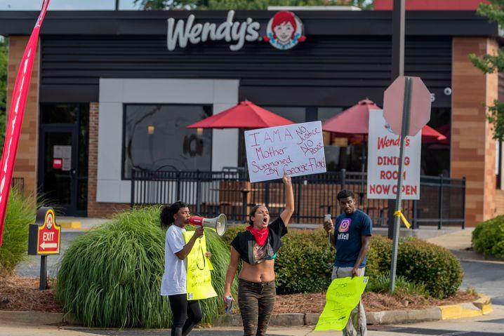 Proteste am Ort des Vorfalls, einer Filiale des Schnellrestaurants Wendy's