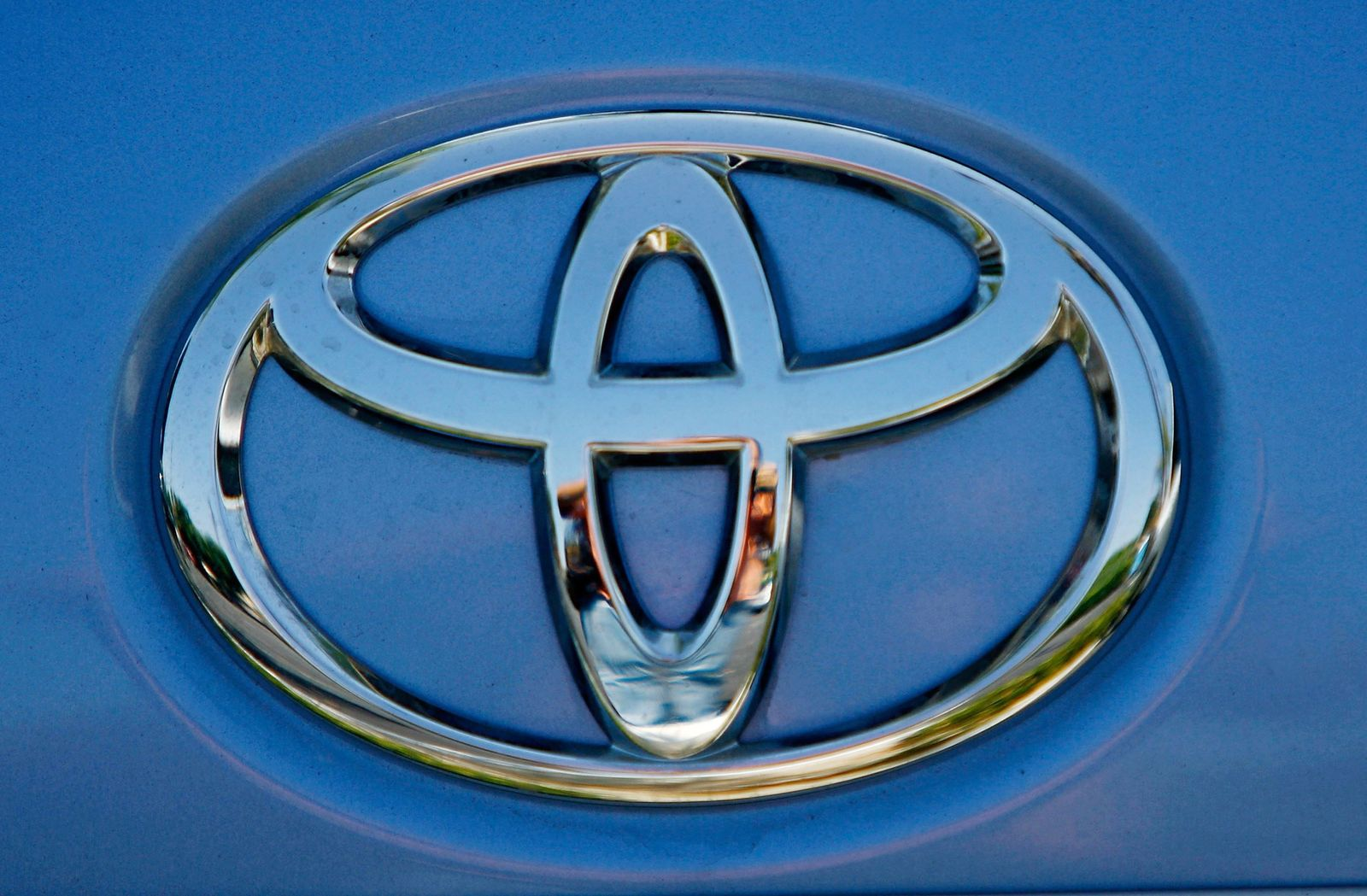 TOYOTA BEATS GM IN WORLDWIDE SALES IN SECOND QUARTER OF 2008