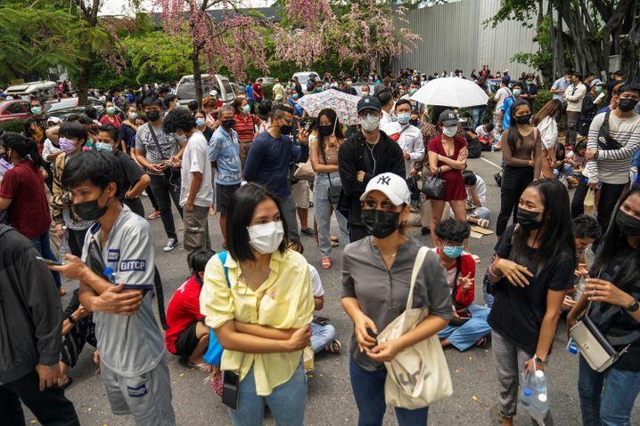 Menschen in Bangkok warten auf ihre Coronatests
