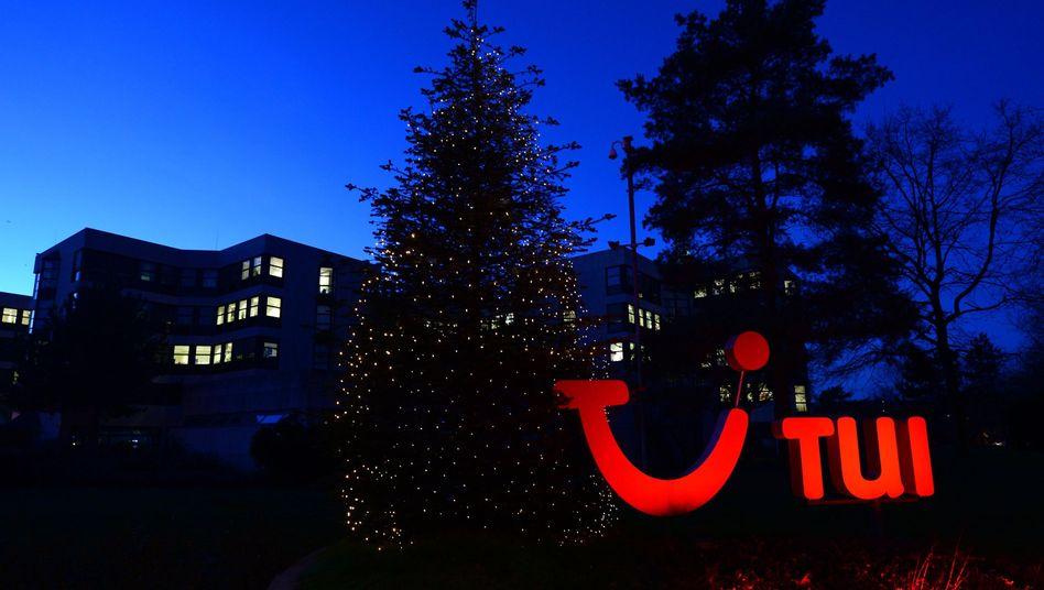 """TUI-Logo in Hannover (Archivbild): Der Konzern spricht von einem """"Beitrag zu den weltweiten Bemühungen der Regierungen"""", die Auswirkungen der Covid-19-Verbreitung abzuschwächen"""